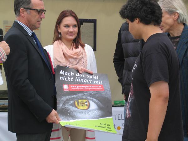 """Übergabe des von Herrn Sozialminister Andreas Storm signierten Plakates """"Mach das Spiel nicht länger mit!"""" an das TGBBZ."""