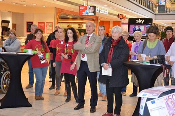 Die Zentralveranstaltung in der Europa-Galerie wird auch von der Bezirksbürgermeisterin Mitte, Frau Christa Piper, unterstützt.