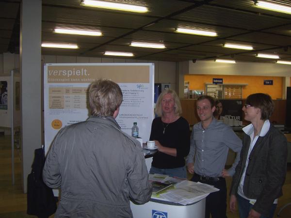 Mitarbeiter des Gesundheitsmanagements der ZF und Frau Birgit Altmeyer von der PSB Saarbrücken beteiligten sich mit einem Aktionsstand am saarlandweiten Aktionstag gegen Glücksspielsucht 2014.