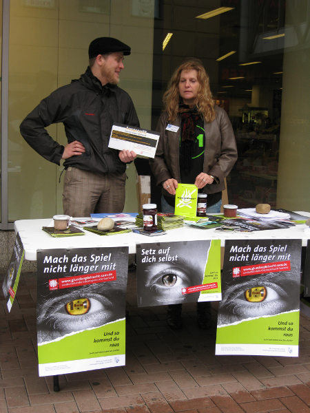 Mathias Lindau und Kollegin am Infostand gegen Glücksspielsucht in Neunkirchen