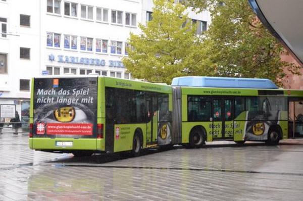 Ab 2012 fährt in Saarbrücken ein Bus mit Werbung gegen Glücksspielsucht.