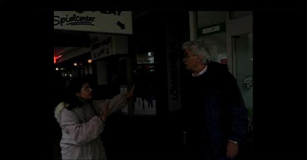 zwei Schauspieler des Theater im Viertel, Saarbrücken spielen 'den Ehekrach vor einer Spielhalle'.