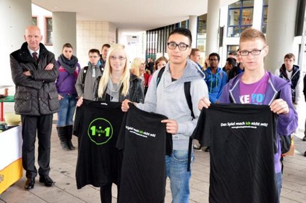"""Schüler erhalten ein T-Shirt mit dem Aufdruck """"1:1 Risiko – Das Spiel mach ich nicht mit"""""""